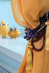 Идеи для дома: подхват-коса для штор из бус