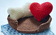 Вязаные игрушки Амигуруми крючком: Сердце, косточка, корзинка и одеяло