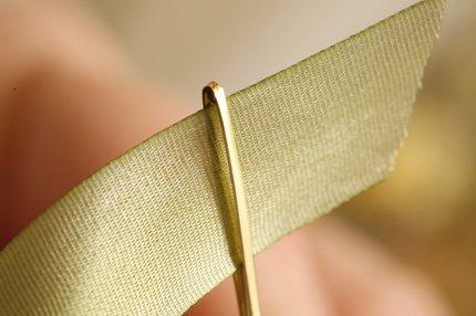 Вышивка лентами: Как закрепить ленту в игле