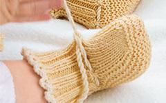 Вяжем спицами: карамельные пинетки