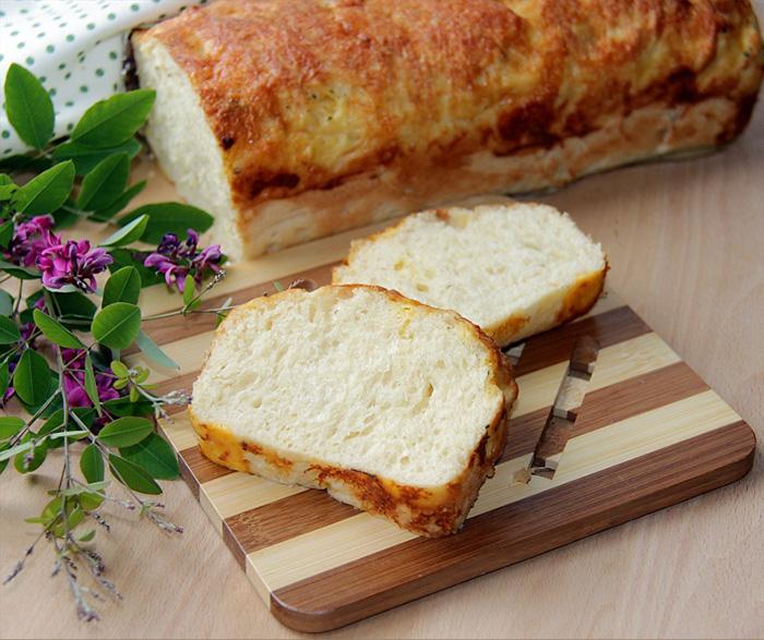 Воздушный сырный хлеб на кефире