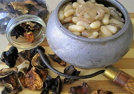Фасоль с грибами, томлёная в горшочке