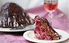 Торт без выпечки из шоколадных пряников и вишни