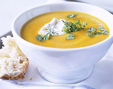 Морковный суп со сметаной и травами
