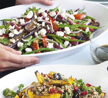 Средиземноморский салат с фетой и гранатовым соусом