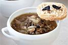 Луковый суп со сморчками и сырными гренками