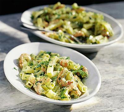Теплый салат из макарон с креветками под соусом песто