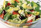 Летний греческий салат с курицей и авокадо