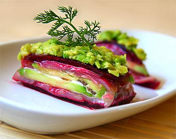 Салат из авокадо с сельдью и свеклой